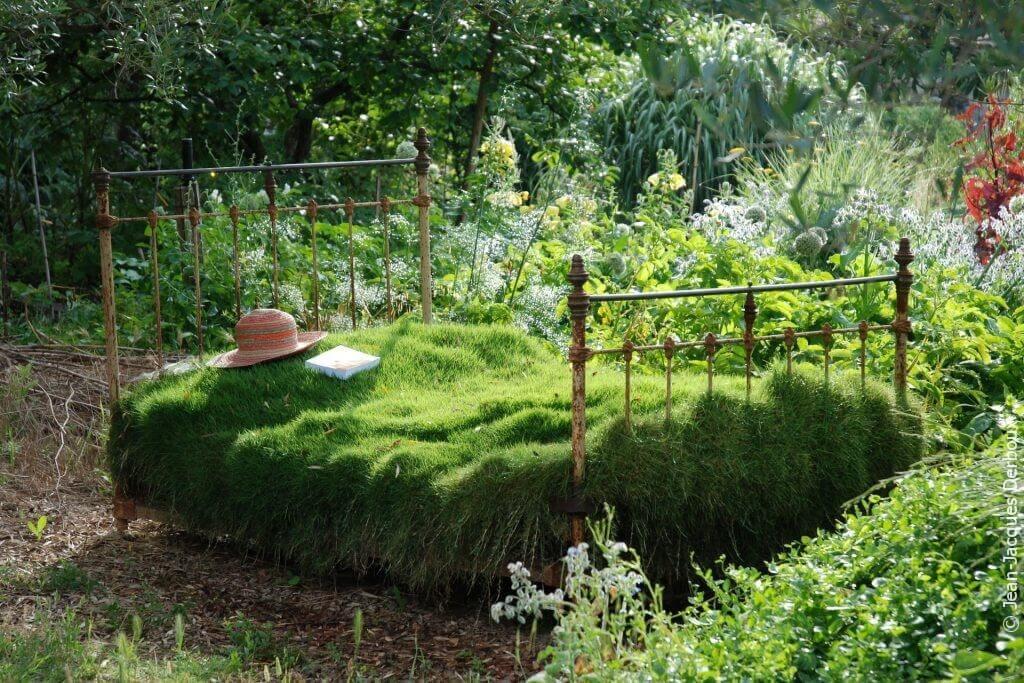 Ancien lit en métal recyclé pour décorer le jardin, planté de zoysia, jardin sans arrosage naturel et romantique.