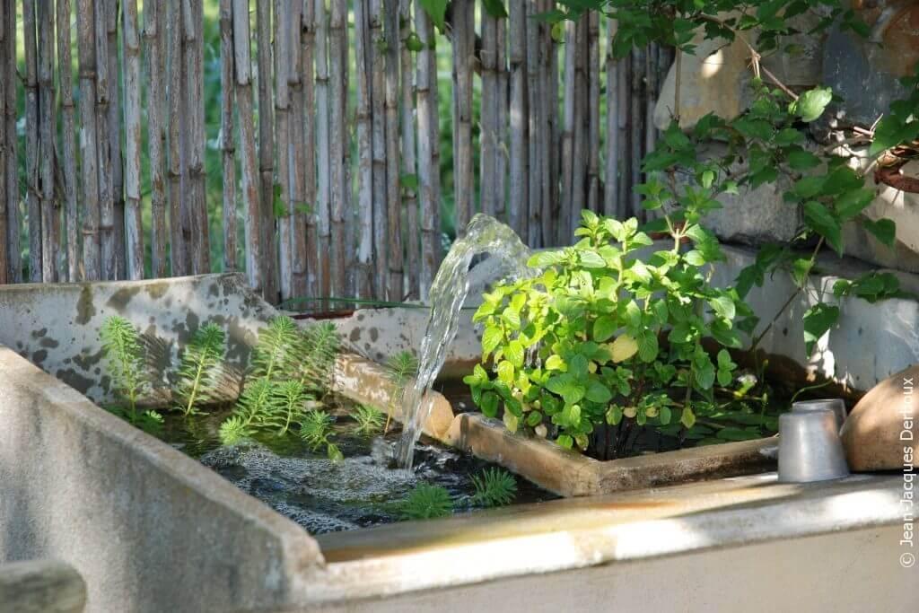Bac lavoir en béton recyclé en fontaine, menthe.